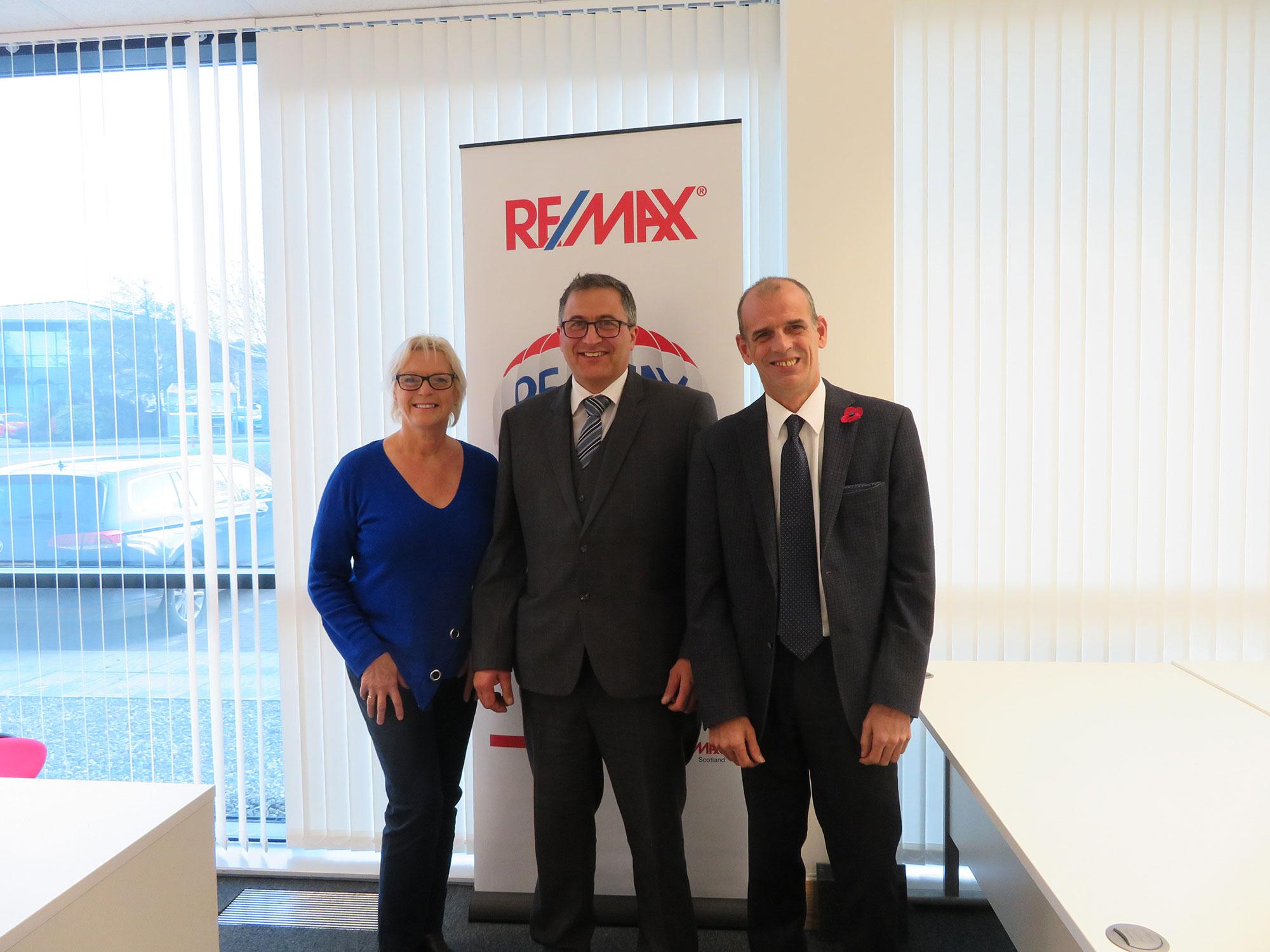 Remax-team-photo-low